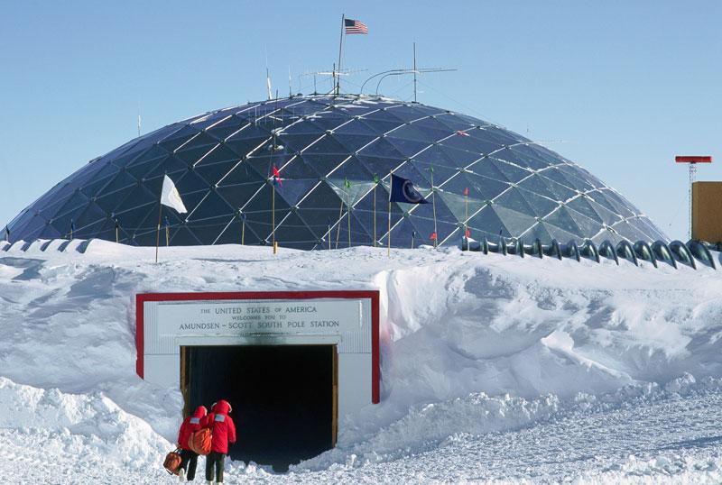 Visitar una de las bases científicas localizadas en la Antártida es sumamente interesante. El Amundsen-Scott South Pole Station, cuyas instalaciones se han transformado a través de los años, está muy bien equipada. © Galen Rowell / Corbis / Latinstock México