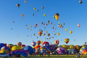 El Festival Internacional de Globos de Albuquerque, Nuevo México, es una de las más vistosas festividades realizadas en Estados Unidos y el mundo entero. Con un característico cielo azul, cada octubre cientos de globos aerostáticos despegan y recorren el firmamento durante nueve días en un escenario digno de admirar.