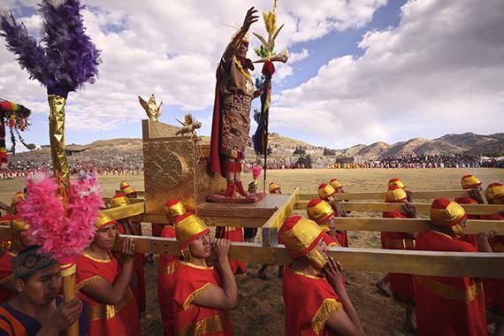 El Inti Raymi, o Festival del Sol, se celebra cada 24 de junio en la fortaleza de Sacsayhuamán, en Cuzco, Perú. Miles de actores montan una representación milenaria de lo que fuese la más importante ceremonia religiosa del Imperio inca con motivo del inicio del solsticio de invierno.
