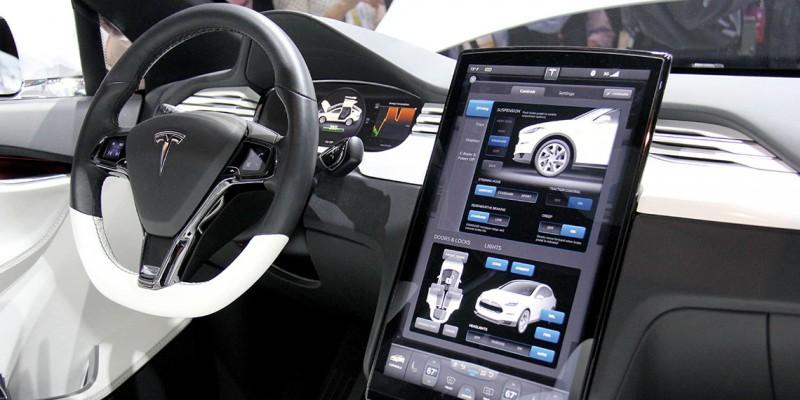 Panel de navegación de un sedán Tesla, empresa que ha sido pionera en la fabricación de carros eléctricos.