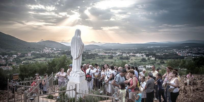 Fervientes peregrinos visitan constantemente la pequeña aldea pueblo de Medjugorje, al sur de Bosnia y Herzegovina, para rezar en las montañas donde se han dado supuestas apariciones de la Virgen. Más de 30 millones de personas han visitado esta localidad desde 1981.