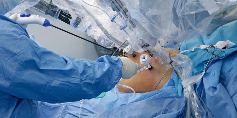 Máquinas inteligentes o robots como el Da Vinci son utilizados cada vez más para realizar cirugías menos invasivas.
