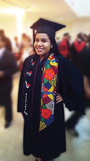 Para su ceremonia de graduación en Harvard, Dianis mandó a confeccionar en Panamá una estola de molas con motivos de mariposas y los colores de nuestra patria. Se siente muy orgullosa de sus orígenes panameños y de los estrechos vínculos que ha mantenido a través de los años.