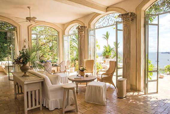 Existe una armonía de colores en varios tonos a lo largo de la propiedad. El estilo cautiva y complace la vista.
