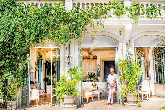 Diane Burn disfruta vivir en la tranquilidad de Taboga. Su pasión y buen gusto la llevaron a convertir una pequeña y abandonada casa de la isla, en lo que hoy se asemeja a un hermoso palacete italiano.