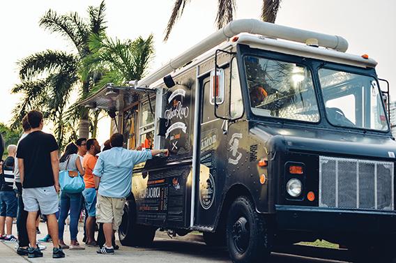 En los mercaditos es usual encontrarse con gente haciendo fila para comer en los food trucks, una nueva tendencia que tiene muchos seguidores.