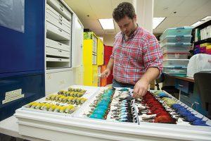 El Laboratorio de Pájaros, ubicado en la isla Naos, cuenta con una vasta colección de referencia de aves tropicales, establecida por el Dr. Matthew Miller en el año 2008.
