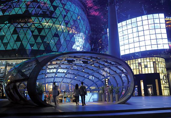 Ir de compras en Singapur es una fantasía. La tienda por departamentos ION, ubicada en el distrito comercial Orchard Road, se complementa con una oferta inigualable de tiendas con marcas de lujo y variados restaurantes.