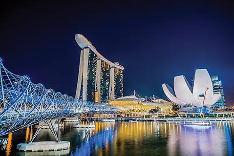 Singapur es una ciudad muy moderna y vistosa. Tres de sus íconos y atracciones turísticas más reconocibles son el Helix, puente peatonal con osada arquitectura; el hotel Marina Bay Sands, con sus tres imperdibles torres; y el Museo de Arte y Ciencia, cuya singular forma de flor abierta cautiva el paisaje.