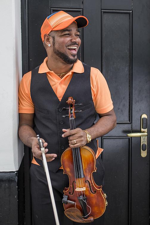 Joshue Ashby ejecuta el violín y es inspiración para decenas de chicos en el país.
