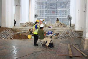 El arqueólogo Tomás Mendizábal le explica a Wendy Tribaldos importantes detalles de los descubrimientos encontrados en la Catedral Basílica.