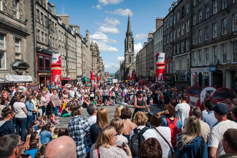 Turistas y curiosos se congregan alrededor de un artista callejero en la Royal Mile de Edimburgo con motivo de The Fringe, el festival artístico más grande de Europa y que se celebra cada agosto en la capital escocesa.