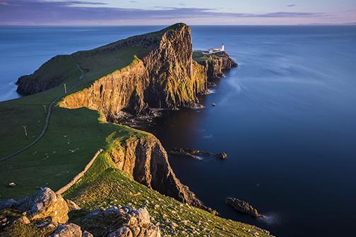 El faro de Neist Point está ubicado en Skye, que es la más grande de las islas escocesas y uno de los lugares más visitados de Escocia por sus paisajes y sus fabulosas rutas para practicar el senderismo.