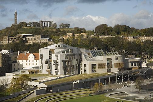 Con su extraño y controversial diseño arquitectónico, el nuevo edificio del parlamento escocés, −ubicado frente al palacio de Holyrood, en Edimburgo− fue inaugurado en 2005 y es el lugar en el que se concentra el poder político de Escocia.