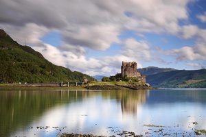 Es probable que el castillo de Eilean Donan (isla de Donan), en la entrada del Loch Duich, en las highlands escocesas, haya tenido sus cimientos en una capilla del siglo VI..