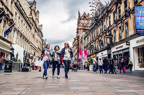 El área peatonal de la calle Buchanan, en Glasgow, es una muestra de la reciente modernización de la ciudad escocesa: antiguo paso vehicular, es hoy un popular centro dedicado al comercio y la moda.
