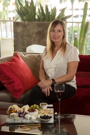 Ekhaterina Becerra de La Quesería disfruta armar tablas de quesos de distintos sabores y texturas con diferentes cortes y variedad de acompañamientos para que sus clientes o invitados exploren diferentes sensaciones.
