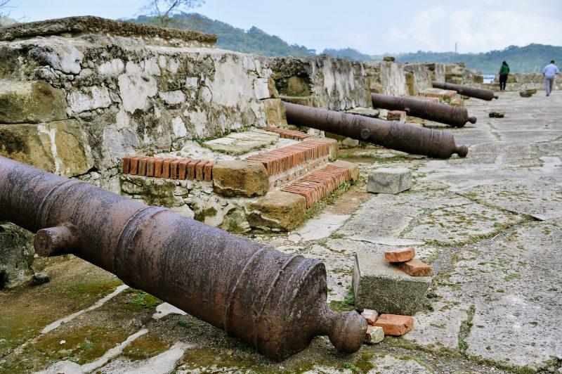 Los cañones originales de la época colonial aún siguen apuntando hacia la bahía de Portobelo. Estos, en conjunto con los elementos de piedra de las fortalezas, están siendo restaurados como parte del plan maestro de renovación de las fortificaciones del caribe panameño.