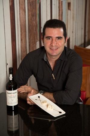 Ramón Barreiro del Restaurante El Bodegón nos presenta su maridaje favorito, un queso azul como el Gorgonzola con un vino forticiado de Oporto como el Vintage Porto de la cosecha 1994, un maridaje clásico.
