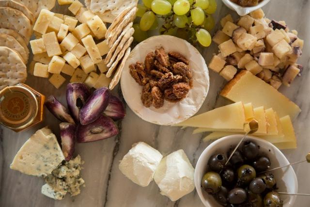 Para Becerra, un queso cremoso como el camembert puede servir como pieza central acompañado de quesos de cabra, quesos de pasta dura y quesos azules con frutas frescas, pacanas, cebollas caramelizadas y aceitunas. Becerra propone también sorprender con quesos saborizados al vino o quesos con hierbas y especias como el romero y el hinojo entre otros.