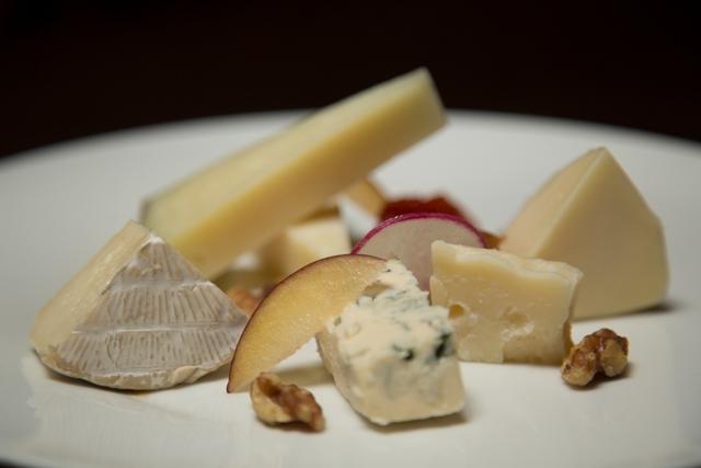 En el Bodegón, la tabla de quesos puede ser preparada en función de los gustos del comensal. La degustación tradicional comprende 5 quesos distintos acompañados de frutas frescas, nueces, membrillo y mermelada de tomate de la casa.