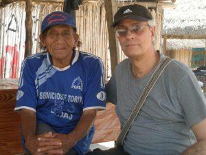 """Luego de haberse perdido en la Amazonía peruana, el Dr. Fernando Santos volvió a la comunidad Yanesha en donde vivió con ellos por dos años y se enfermó de fiebre tifoidea. Desde entonces, ha continuado sus estudios en un campo que le apasiona. """"La investigación de campo en comunidades indígenas es una aventura personal e intelectual a la que uno llega completamente ignorante y poco a poco va aprendiendo la forma de pensar del otro"""", expresa."""