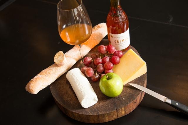 Para el Chef Migny una baguette y frutas frescas como uvas y manzanas hacen parte de los acompañamientos básicos para disfrutar una tabla de quesos acompañados con un vino blanco dulce botritizado de fama mundial como el Sauternes o el Tokay.
